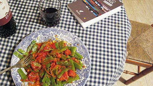 Fotografía de judías verdes con tomate